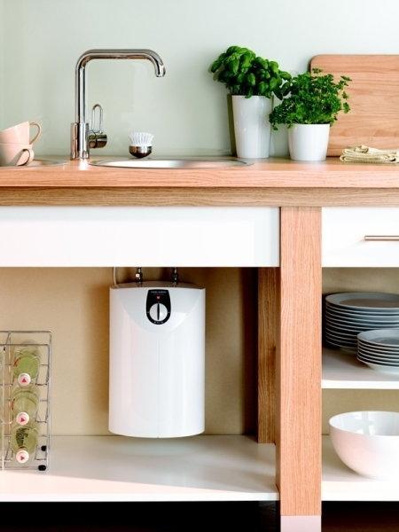 Компактный накопительный водонагреватель Stiebel Eltron смонтирован под мойкой